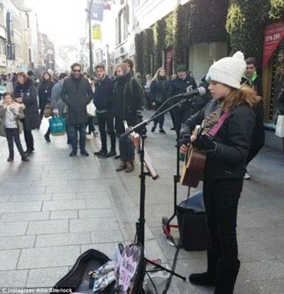 """Del në rrugë për të kënduar! Njihuni me 12 vjeçaren e cila po konsiderohet si """"Adele e ardhshme"""" (VIDEO)"""