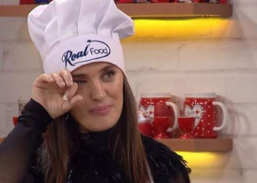 Këngëtarja shqiptare përlotet LIVE në emision, surpriza emocionuese e babait