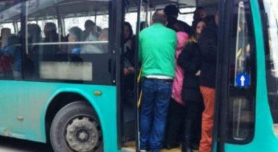 """Në autobuzat e Tiranës e ndjen veten si """"peshk konserve""""/ Shikoni çfarë ndodh (VIDEO)"""