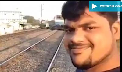 Video/ Komplet debil! Po bënte 'selfie' mbi shina por… treni e përplas dhe…