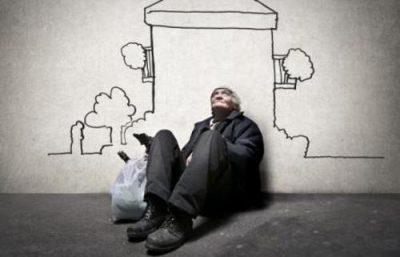 Gjejnë në gjumë në divan shqiptarin e paftuar, kur e zgjuan i polli belaja me të