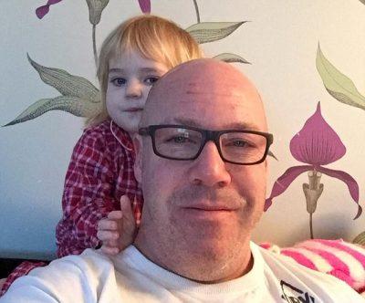 """FOTO/ Historia tragjike e dy vogëlusheve, përqafojnë trupin e pajetë të babait 24 orë për ta """"zgjuar"""""""