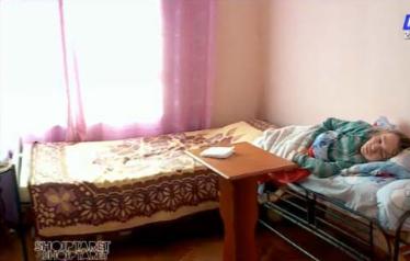 Historia tragjike e dy motrave të ngujuara pas një krevati: Duam një shtëpi për të parë babin e lumtur