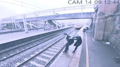 """Tenton të hidhet në shinat e trenit, gruaja """"heroinë"""" e shpëton"""