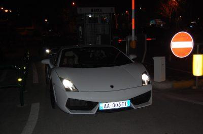 """Lamborghini-t e bardhë """"pushtojnë"""" rrugët e Tiranës, """"bishat"""" luksoze kthejnë kokat e vajzave"""