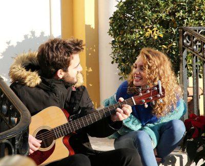 Këngëtarët shqiptar i japin fund beqarisë, propozon për fejesë partneren pas 5 vitesh lidhje…
