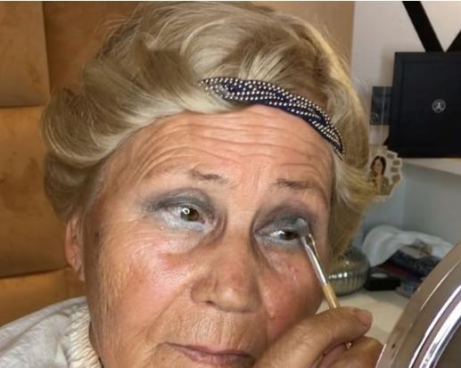 Make up-istja shqiptare bën mrekulli me të moshuarën (VIDEO)