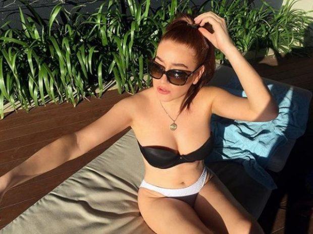 Stër-mbesa e Skënderbeut ÇMEND djemtë: Super seksi në foton me bikini