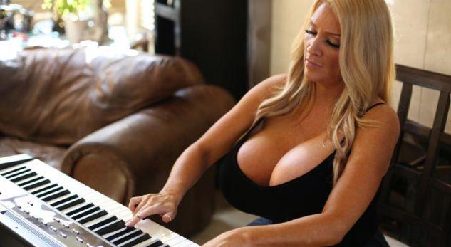 Mësuesja e pianos ua merr mendtë të gjithëve me gjoksin supergjigant (FOTO)