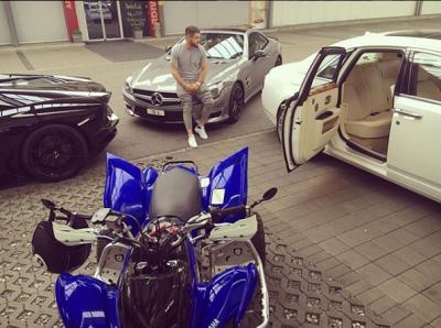 """FOTO/ Nga orët """"Rolex"""" te makinat """"Ferrari"""", pasuria e çmendur e Noizy-t"""