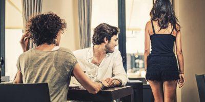 Partneri juaj shikon femra të tjera ndërkohë që është me ju? Çfarë të bëni…
