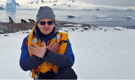 """""""Krah për krah"""" me pinguinët duke sfiduar temperaturat e acarta, kush është shqiptari i parë që shkeli në Antarktidë?"""
