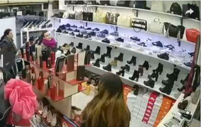 Hap kamerat e sigurisë, pronarja e dyqanit në Tiranë vë duart në kokë nga ajo që sheh