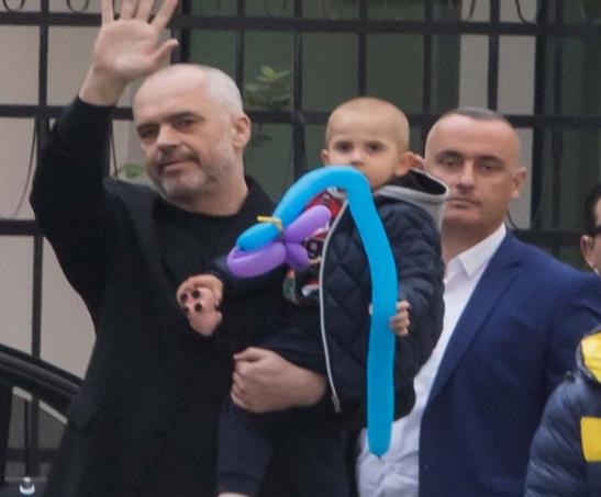 Shëtitja me mami Lindën nxjerr zbuluar fytyrën e Zaho Ramës! Ja si duket djali i Kryeministrit (FOTO)