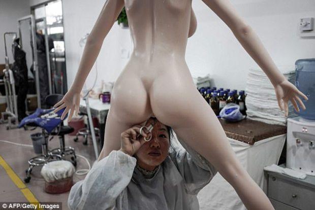 Brenda fabrikës së kukullave të seksit (FOTO)