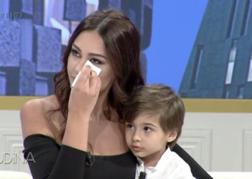 """Adrola Dushi pozon me """"shefin"""": Asnjë fjalë të mirë s'ma thotë!"""