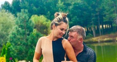 'Ti më ndez vullkanet', aktori shqiptar i bën gruas dedikimin më të veçantë që keni dëgjuar