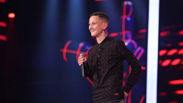 """Kush është Adolfi, djali me zë të rrallë nga Burreli që hodhi në sherr jurinë e """"The Voice Kids"""" (VIDEO)"""