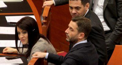 Ahmetaj surprizohet nga Erion Braçe! Nuk e imagjinoi dot se çfarë dhurate ka marrë (FOTO)