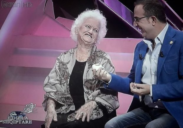 Moderne dhe me naze, kush është gjyshja që habiti publikun e Të Dielës Shqiptare