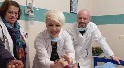 """Aurela Gaçe dhe Sidrit Bejleri """"ndërrojnë"""" profesion, befasojnë Linditën të veshur si doktorë (VIDEO)"""