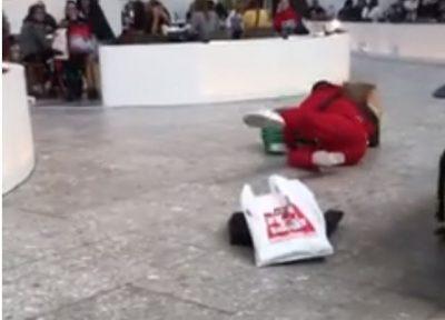 Do të shkriheni së qeshuri: Bes Kallaku bën rrëzimin spektakolar në mes të qendrës tregtare (VIDEO)