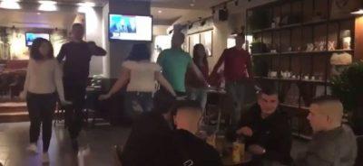 Si nëpër filma: Djali nga Elbasani e propozon të dashurën në sy të të gjithëve, por ajo i tha… (VIDEO)