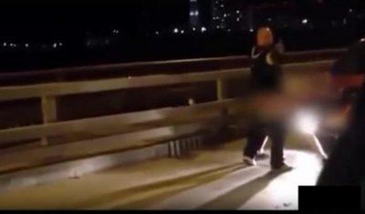 VIDEO/ Çifti i papërmbajtshëm, bën seks në publik pa problem fare…