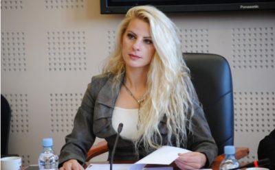 """Deputetja seksi që """"huton"""" Ramush Haradinajn publikon pozat provokuese nga pushimet (FOTO)"""