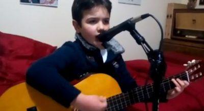 Kush është vogëlushi që po çmend rrjetin me zërin e tij (VIDEO)