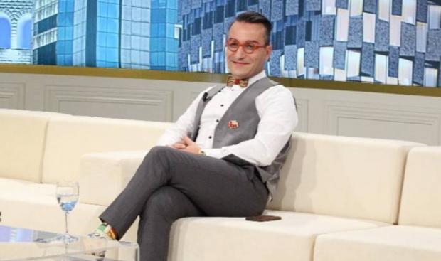 Elton Ilirjani, homoseksuali me këmbë në tokë që nuk bën viktimën. Por as nuk rreh gjoksin