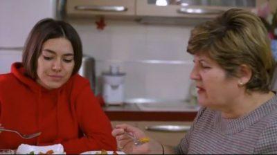 """""""Adhuroj gatimet e mamit"""", Elvana """"fëlliqet keq"""" nga detaji në dokumentarin e saj"""