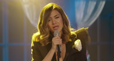 Zbathur e me këmbë në tokë: Elvana Gjata kërkon falje përulësisht në koncert