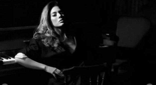 Elvana paraqitet në tri dimensione artistike seksi (FOTO)