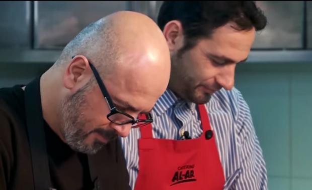 Elvis Naçi dhe Sidrit Bejleri bëhen kuzhinierë për një ditë. Për kë gatuajnë? (Video)