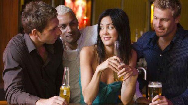 Si të flirtoni si një profesioniste, ja 5 mënyra