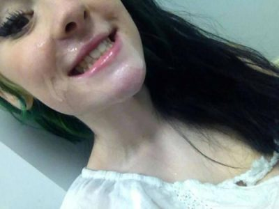 """Vajza poston foton """"pas seksit"""" në Facebook, shokuese komentet e miqve të saj"""