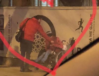 """""""Ai ndaloi, nxorri ca të holla dhe ja dha djalit me karrige me rrota"""", veprimi i gazetarit shqiptar do t'ju frymëzojë! (FOTO)"""