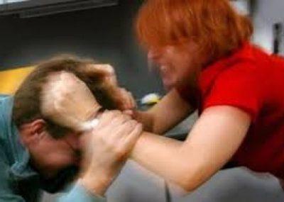 """VIDEO/ Gruaja korçare """"nxin në dru"""" bashkëshortin, arsyeja habit policët"""