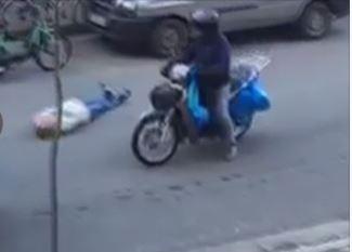 Shtrihet në mes të rrugës dhe bllokon lëvizjen e mjeteve, gruaja: Më shtypni! (VIDEO)