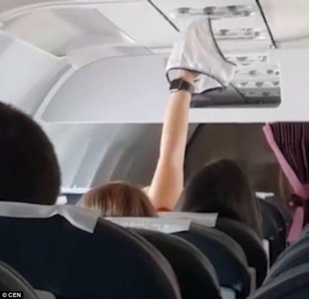 Heq brekët dhe i than në kondicionerët e avionit, gruaja shokon udhëtarët për 20 minuta (VIDEO)
