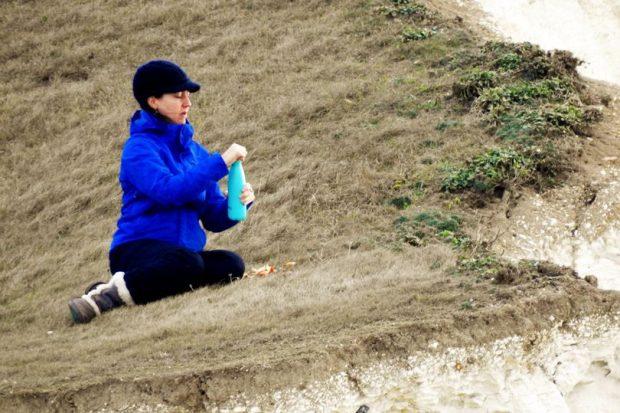 Fotoja e gruas duke ngrënë në piknik i ka tmerruar njerëzit, çfarë fshihet pas saj? (FOTO)