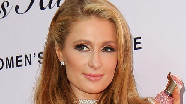 Paris Hilton me këngë për Shën Valentin! Shfaqet e zhveshur dhe e mbuluar me… (FOTO)