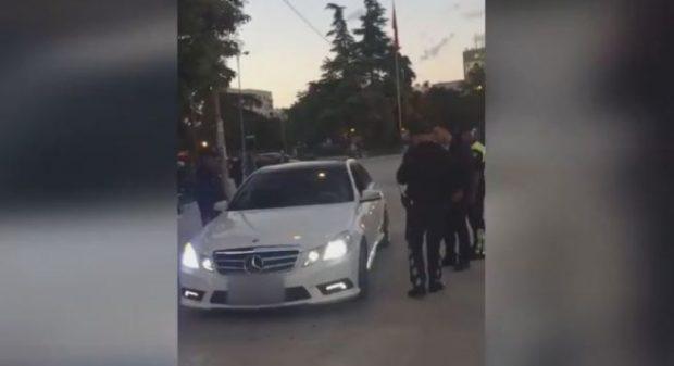 Xhiron makinën për vëmendjen e vajzave, i riu nga Fieri aksidenton të atin