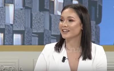 """Moderatorja e njohur shqiptare rrëfen: """"Unë nuk kam vjehrrë! Kam vetëm 2 mama!"""""""