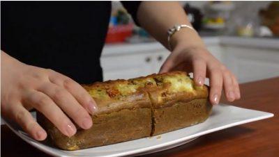 Recetë e veçantë! Kek të kripur me ullinj, domate të thara dhe djathë të bardhë (VIDEO)