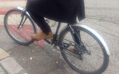 As në shi, as kur vishet klasik, këngëtari shqiptar s'heq dorë nga biçikleta (FOTO)