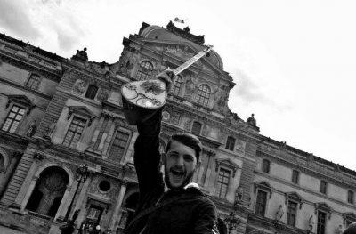 """Njihuni me kuksianin që """"pushtoi"""" Strasburgun me çiftelin e tij (VIDEO)"""