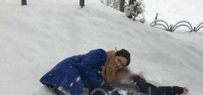 Rrugët të bllokuara e fshatrat pa drita, kryetarja e Përrenjasit luan me burrin në borë