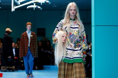 """""""Milan Fashion Week"""", modelët e Gucci sfilojnë me kopjen e kokës së tyre në duar"""
